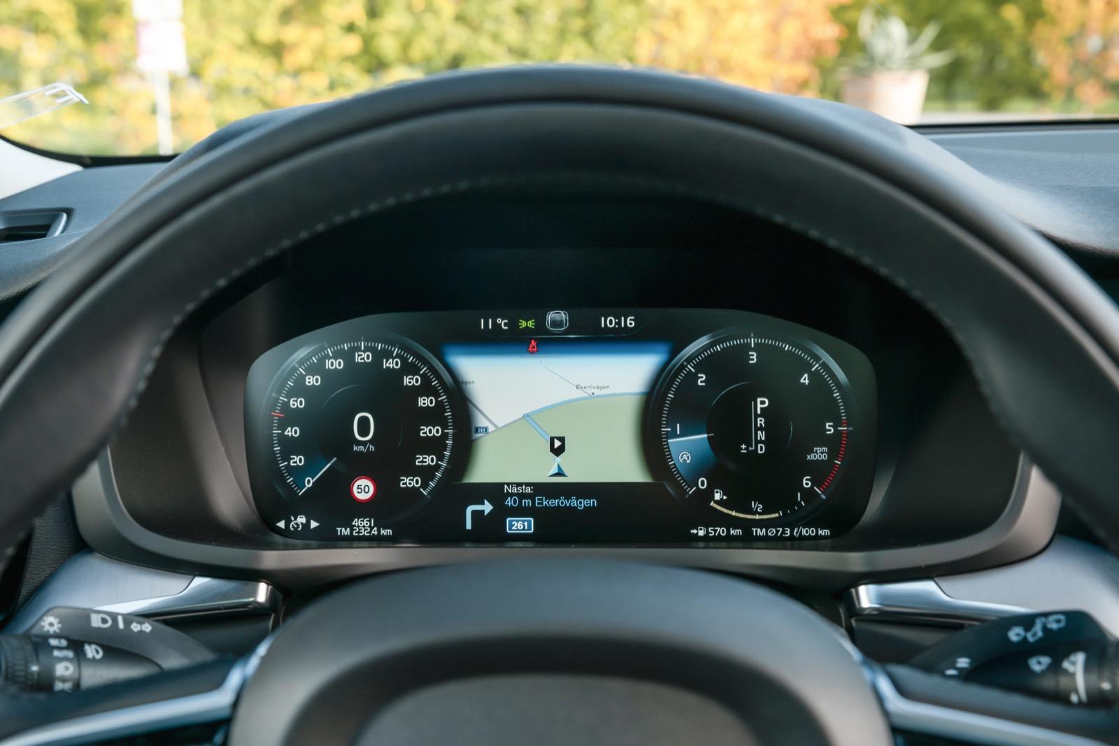 Volvos digitala 12,3-tums instrumentering efterliknar vanliga mätare med få inställningsmöjligheter.