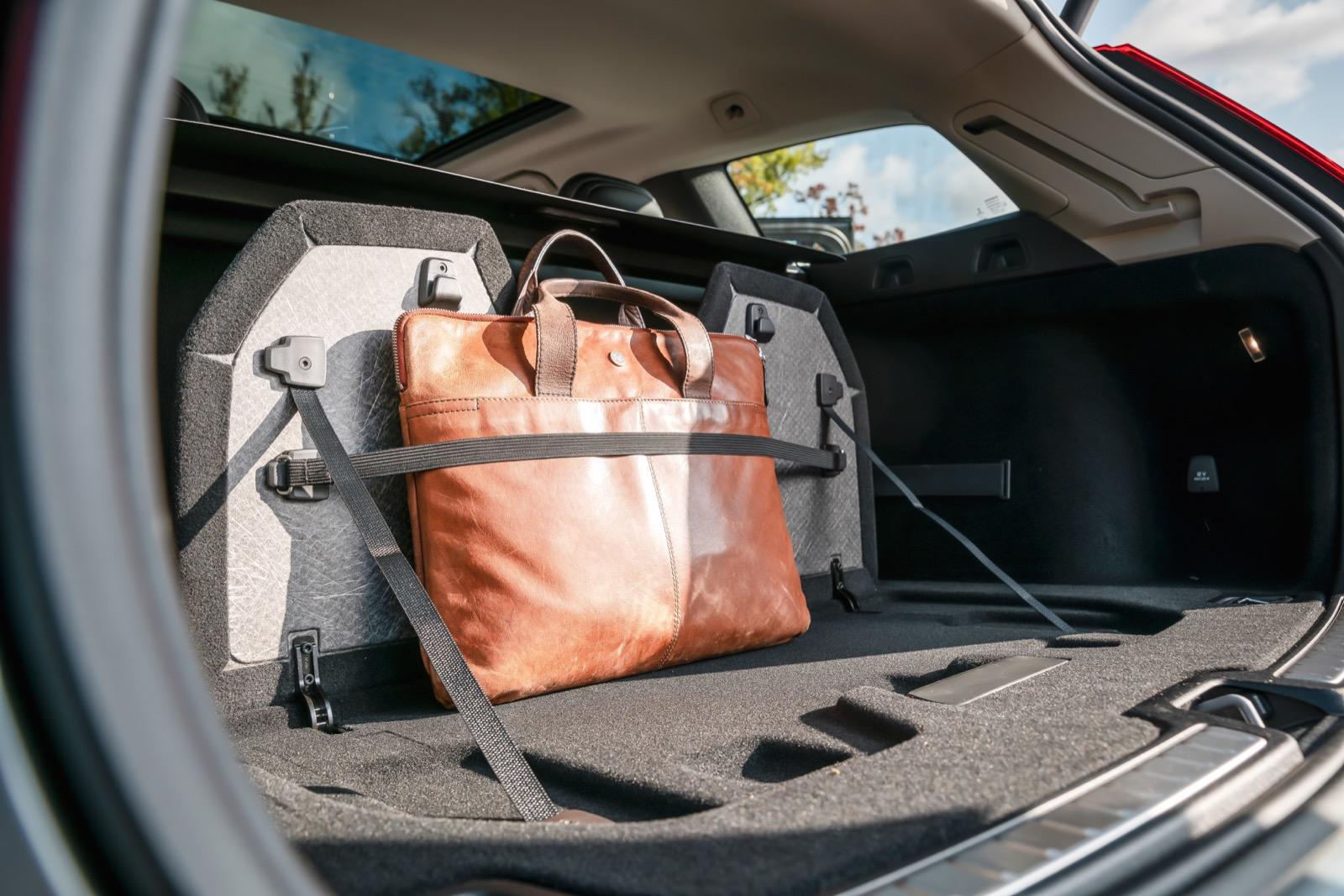 Volvo: Rejäl kasshållare inbyggd i lastgolvet ingår i lastpaketet som för 900 kr även inkluderar en nätficka på sidoväggen samt 12 V-uttag.