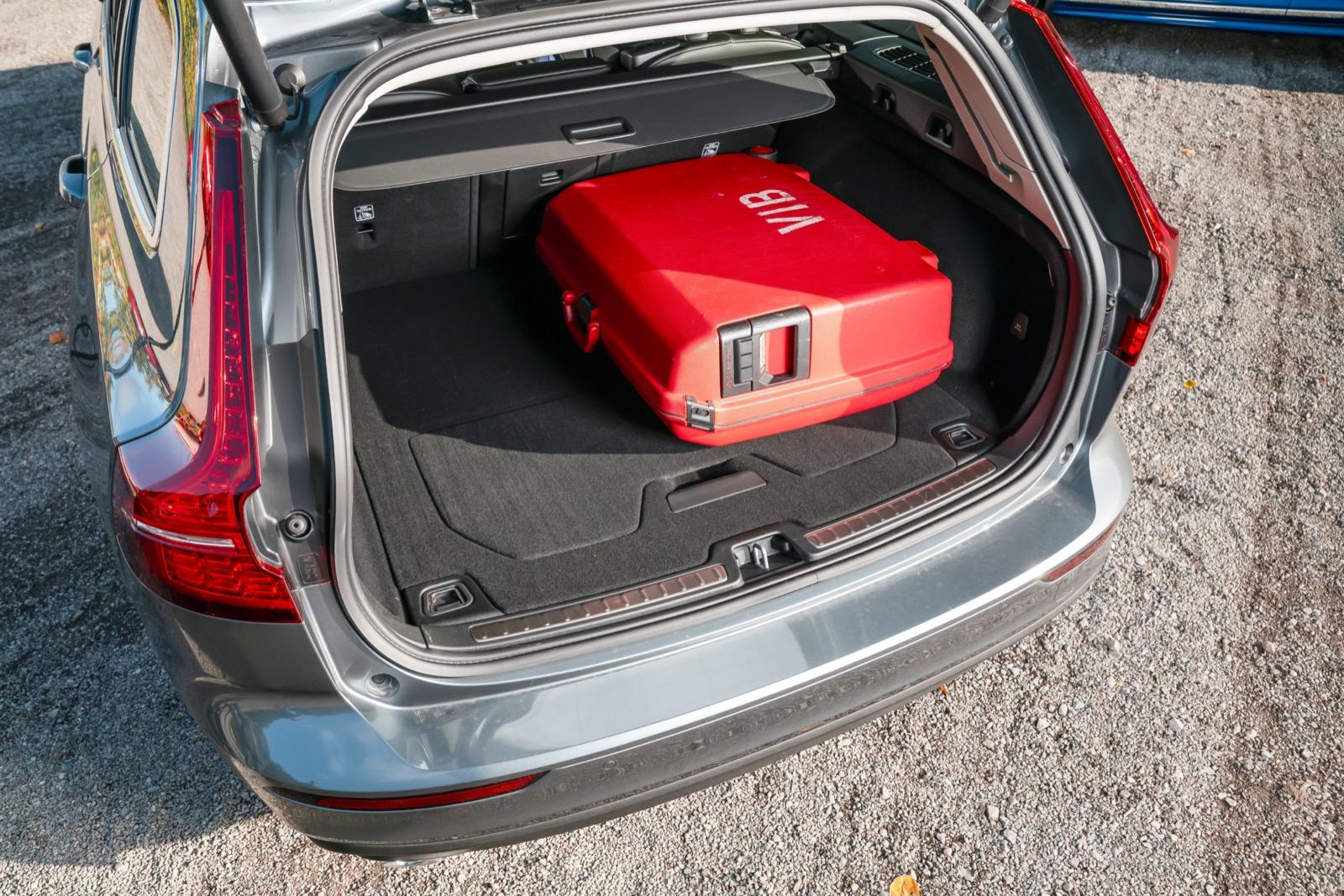 V60 erbjuder det bredaste lastutrymmet. Trots att det sväljer ungefär lika många drickabackar som 3-serien är Volvon betydligt mer lättstuvad. Tyvärr har nya V60 bara tvådelat baksäte med 60/40-fällning, inte 40/20/40 som sin föregångare.