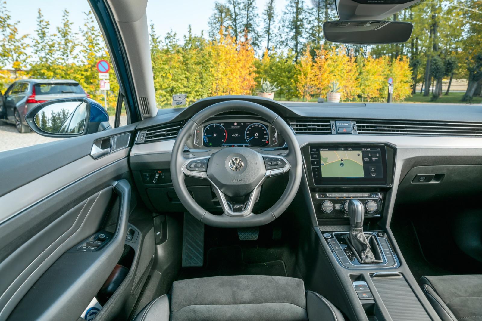 Volkswagen: Nya rattknappar, större skärm. Annars sig likt. Med facelift försvann tyvärr den analoga klockan vid luftutsläppen till förmån för texten PASSAT.