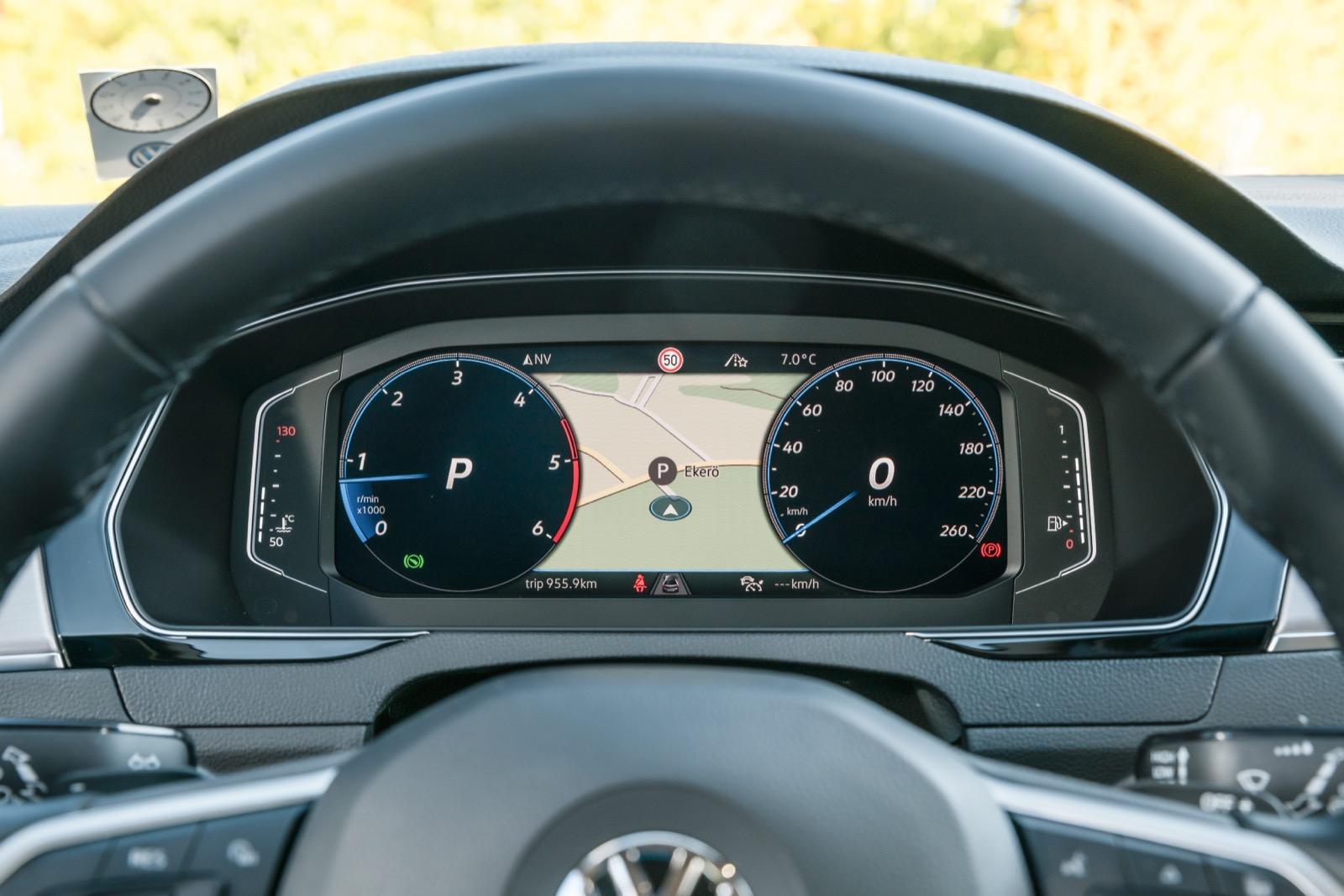 Volkswagen: Det digitala instrumentklustret är faktiskt lite mindre än innan facelift. Dock förbättrad upplösning. VW har flest vy-alternativ, varav ett föredömligt avskalat.