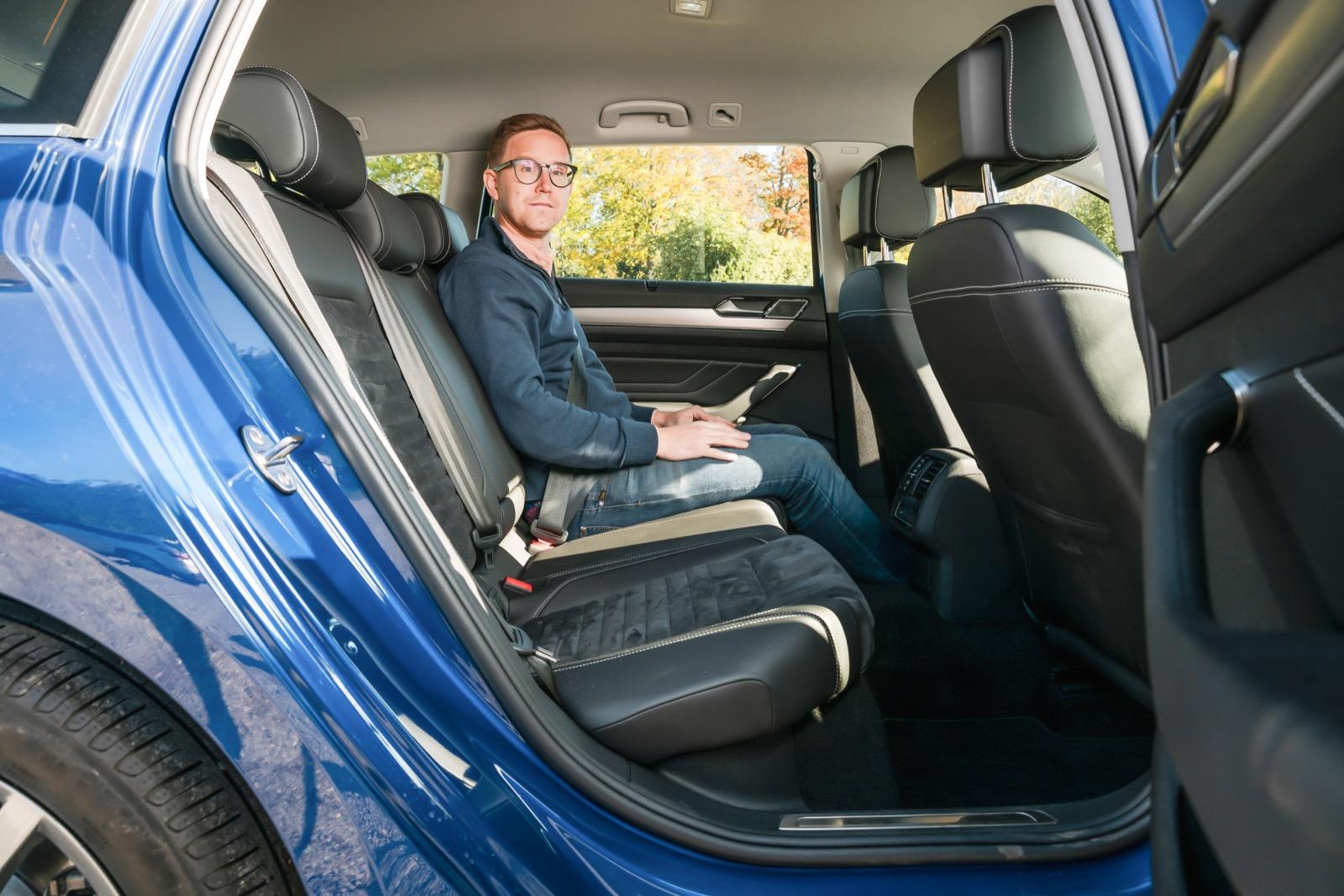 VW erbjuder det bästa baksätet. Hög, skön sitthöjd på dynan med bra lårstöd. Bäst benutrymme och gott om fotutrymme under framstolarna.