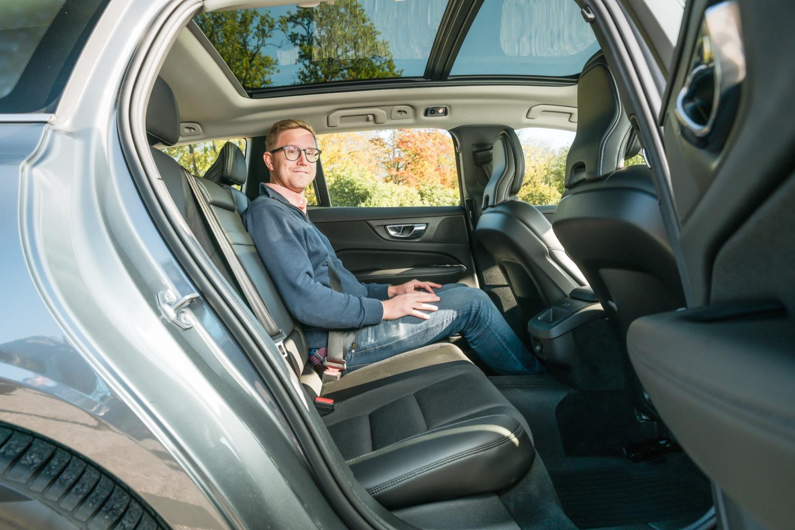 Volvo: Skön rygglutning och djupt skålad sittdyna. Låg sitthöjd med kraftig knävinkel, dock bidrar skålningen till bra lårstöd. Bättre benutrymme än i 3-serien.