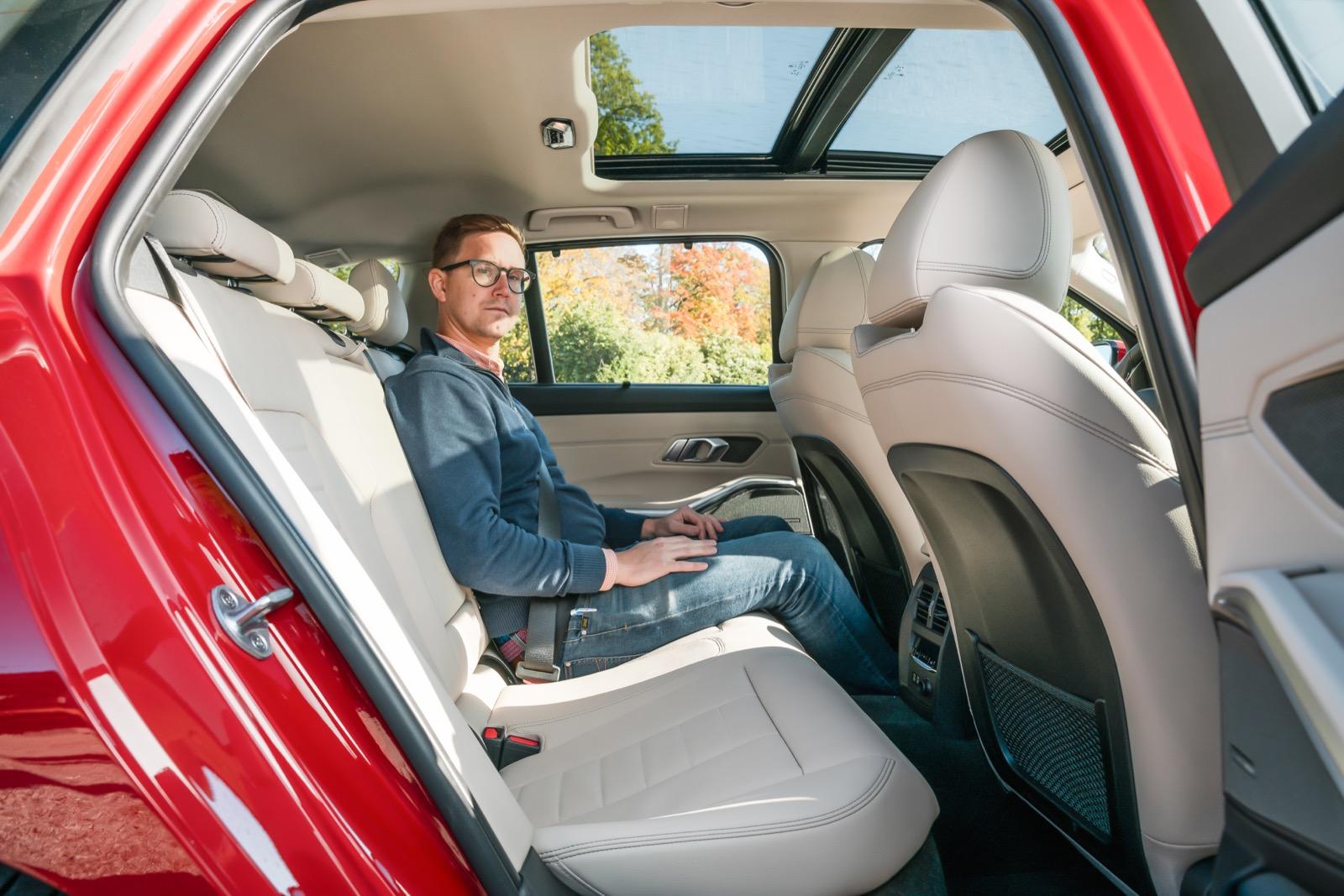 BMW: Hjulhuset stjäl armbågsplats och BMW är smalast för tre. Kortast benutrymme och trängst för fötterna. Sittkomforten skulle må bra av bättre lårstöd.