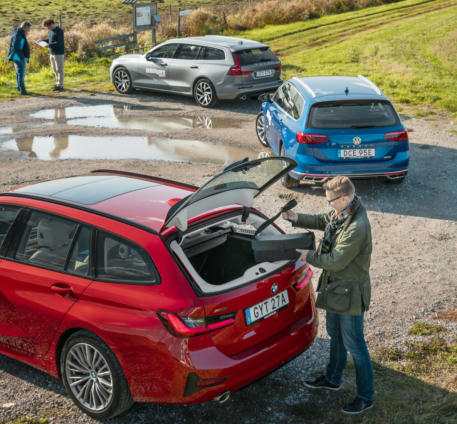 BMW:s öppningsbara bakruta lever vidare. Den är smidig när man bara ska komma åt kikaren i ett välpackat lastutrymme, som här på Färingsö intill Svartsjövikens fågeltorn.