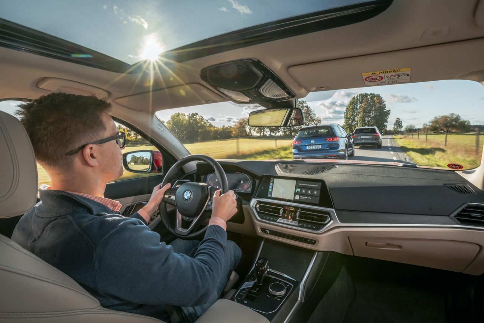 Invändigt känner dagens BMW-ägare snabbt igen sig. Nya 3:an har samma grundlayout med liggande menyskärm och klimatknappar på led.
