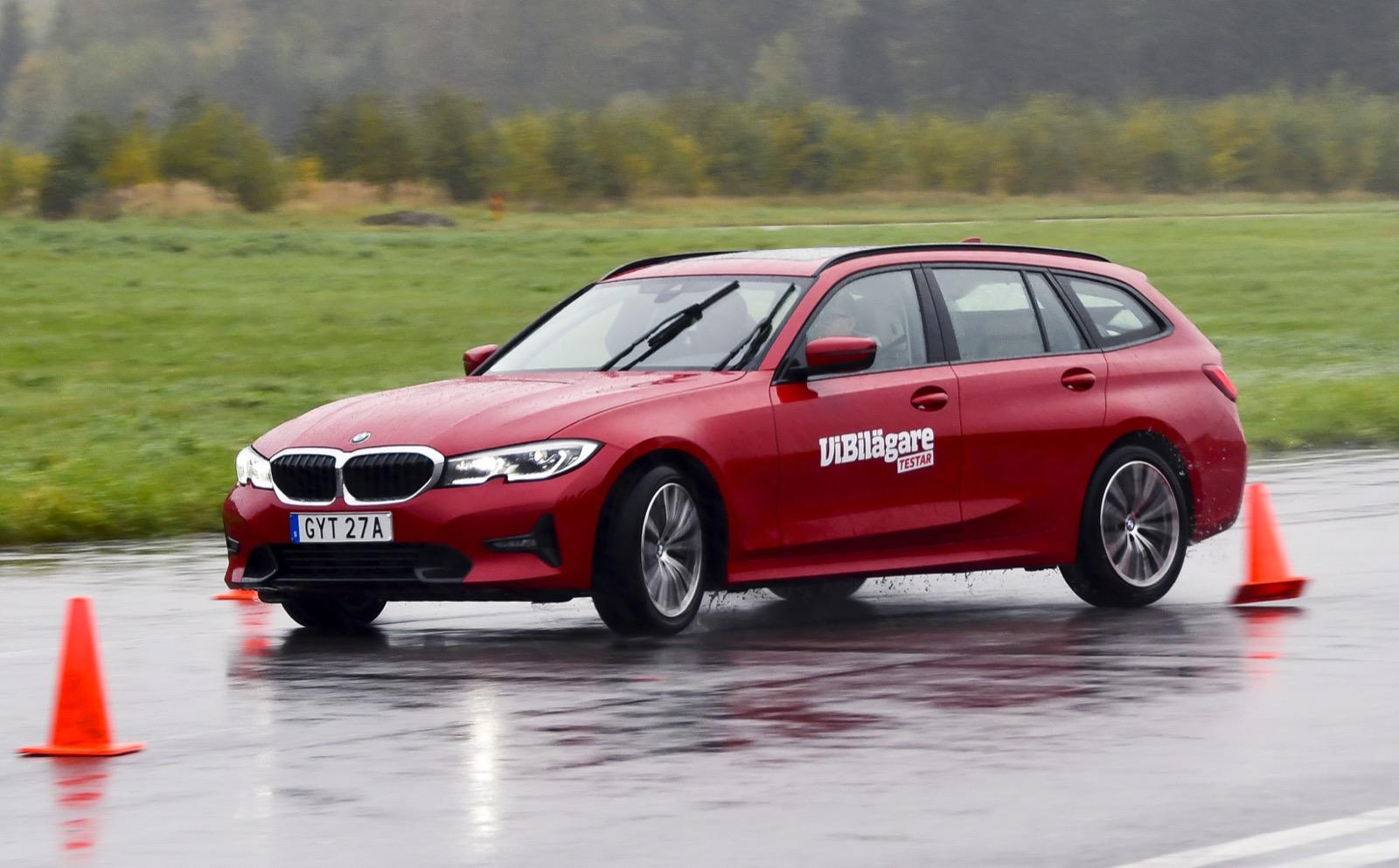 När höstregnet drog in lagom till undanmanöverprovet fick BMW stora problem. Den kvicka styrningen vred bort framvagnsgreppet med kraftig understyrning som resultat.