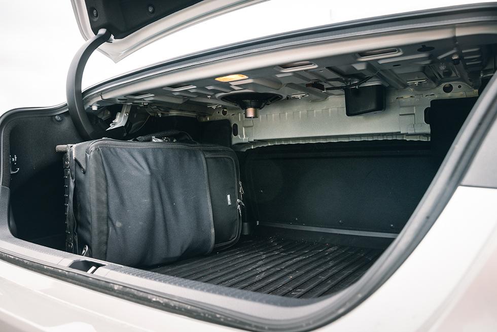 TOYOTA: Camrys bagageutrymme sväljer utmärkta 500 till 524 liter bagage beroende på typ av baksäte. Högtalarelementen sticker oskyddade ned från hatthyllan. Gångjärnet stjäl viss lastvolym. Dämpningen görs via gasfjäder. Varför inte platsbesparande gångjärn eller temperatur-okänsliga torsionsstavar?