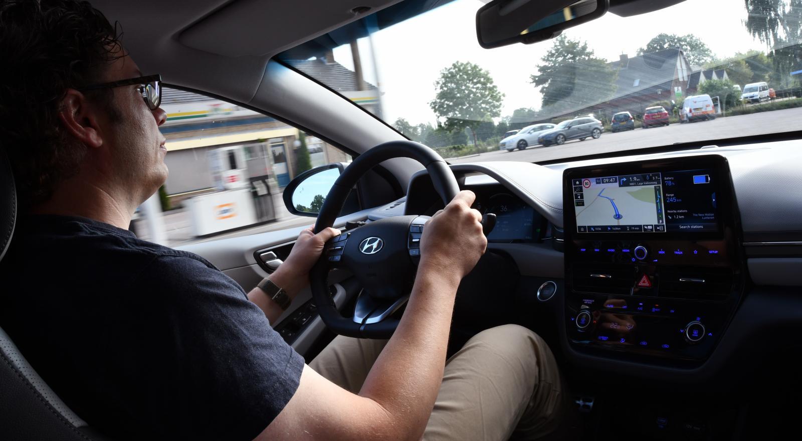 Hyundai Ioniq går att köra riktigt snålt oavsett om den har bensinmotor eller eldrift. Men Toyota Prius är ännu snålare enligt ägarna.