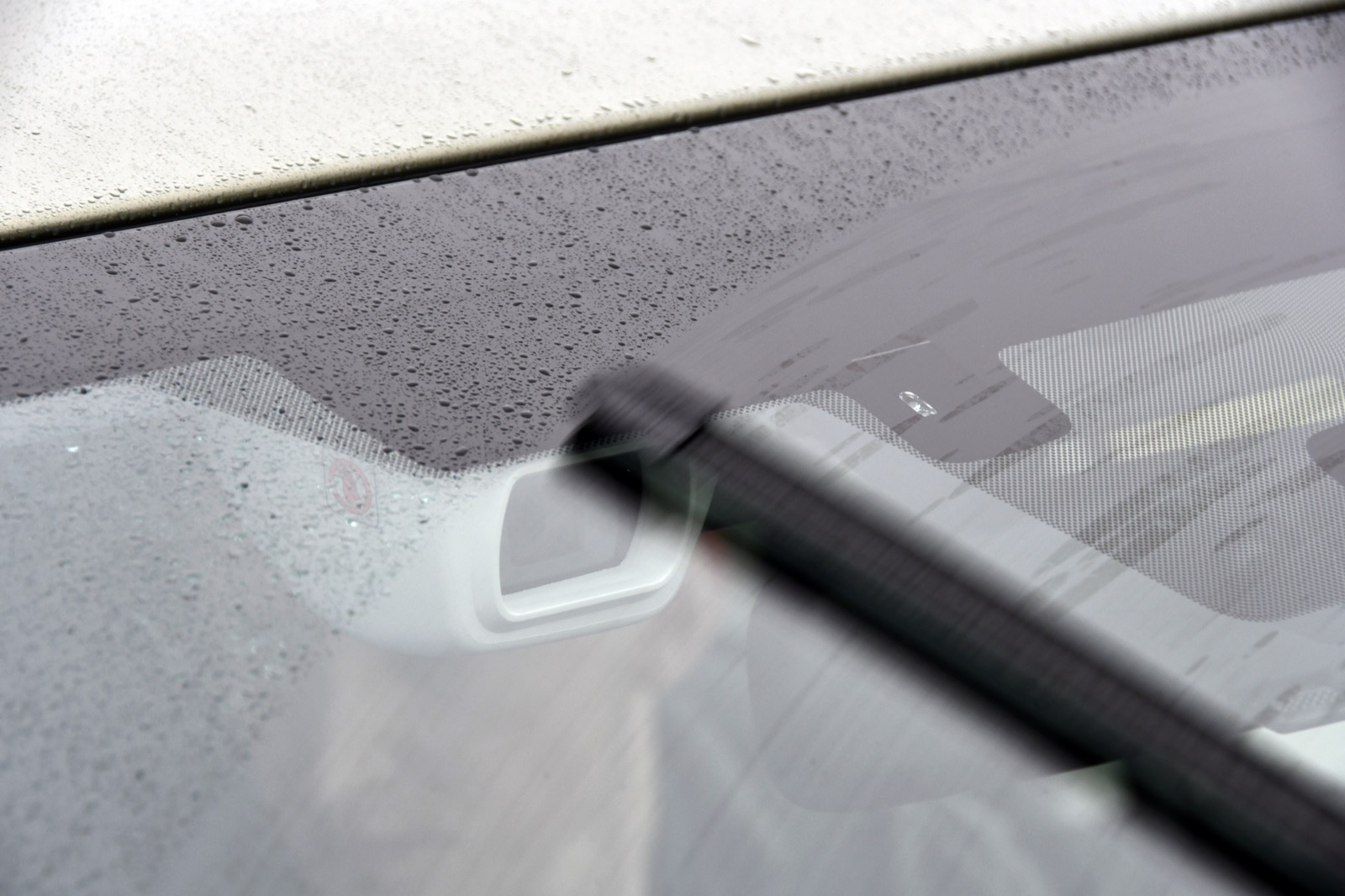 """Bilarnas """"ögon på vägen"""" kan sitta på olika ställen. Använder autobromsen en eller flera kameror sitter de i regel innanför vindrutan och torkarbladen kan därmed hålla sikten fri."""
