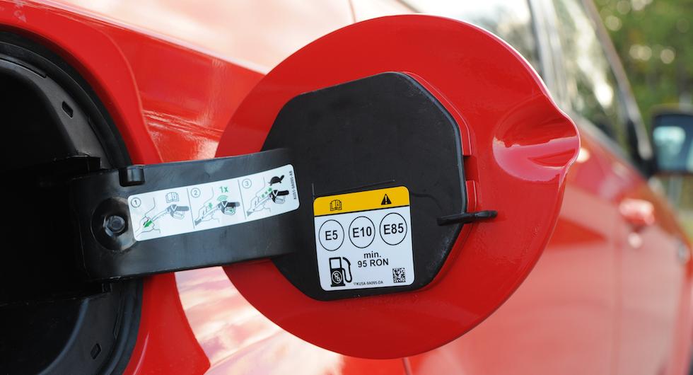 För tillfället driver vinteretanolen, med 25 procent andel bensin, upp priset på E85. Även  ett högre inköpspris på etanol.