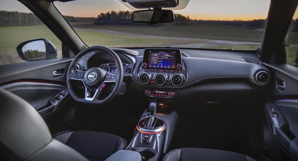 Rymlig förarplats med bra sittställning. Menyskärmens grafik känns rejält föråldrad för en ny bil på 2020-talet.