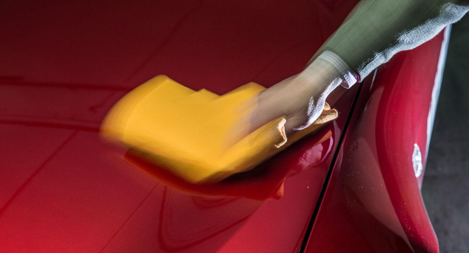 Steg 4: Innan du börjar med själva lagningen gäller det att rengöra karossdelen. Använd avfettning för att lösa upp svår smuts, skölj av och avsluta med att torka.