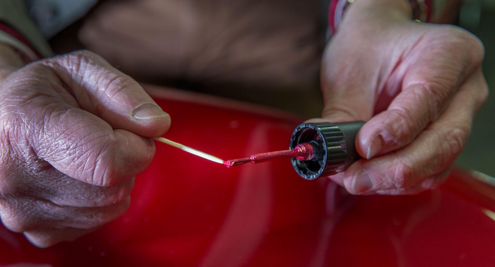 Steg 6: Stryk tandpetarspetsen mot penseln i färgburkens lock och ta hellre lite mindre än för mycket färg.