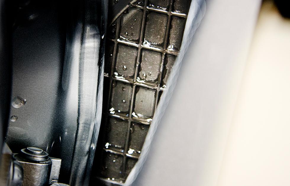 Ljudisoleringen vid övergången mellan framskärmar och A-stolpar är av ett plastmaterial som inte binder fukt.