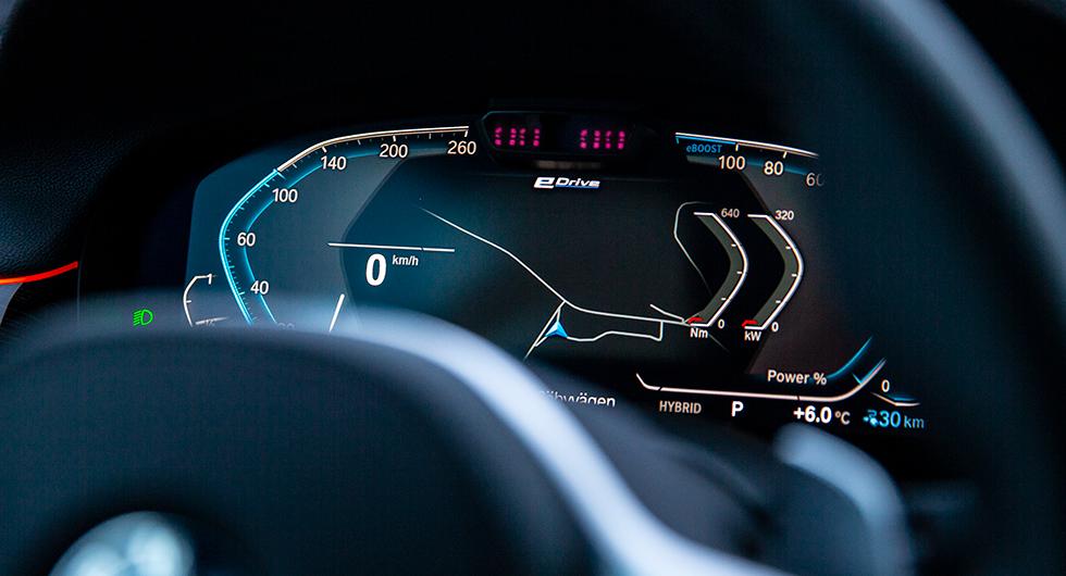 BMW:s instrumenthus med elektroniska displayer är både informationsspäckade och enkla att ta till sig – och snygga!