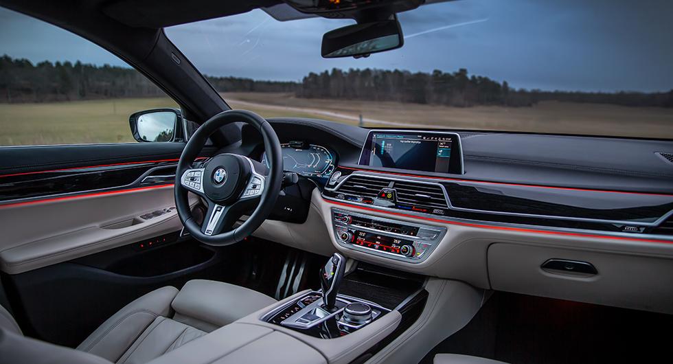 Förarmiljöns disposition är bekant genom BMW-serierna och finishen inget annat än perfekt. Bland mängder av möjligheter kan nämnas att mysbelysningen kan ställas in för att lysa med en färg i överdelen av panel och dörrar och en annan i underdelen.