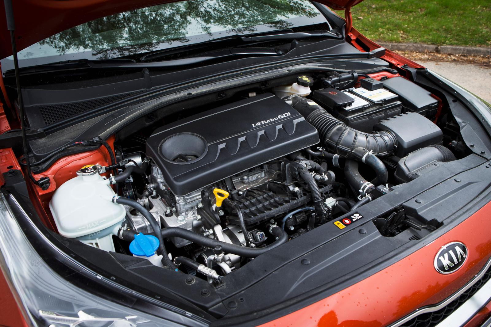 """I Kia """"lirade"""" samspelet mellan motor och den sjuväxlade dubbelkopplingslådan bättre. Närmast identiska fartresurser med i30 men högre förbrukning."""