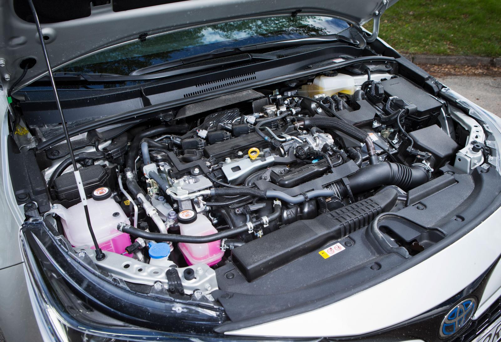Starkversionen av Corollas hybriddrift är en trevlig bekanrskap. Snabb i starten, snål, rimligt tyst under gaspådrag, mjukt samspel med transmissionen.