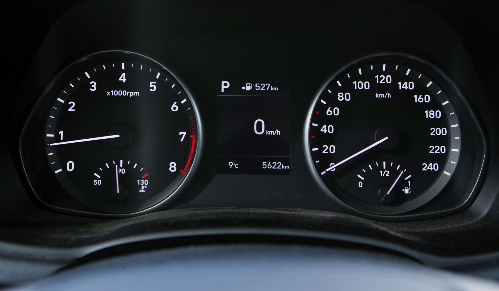 Inramningen är lite enklare i Hyundai än i Kia, med snudd på gammaldags engelsk instrumentkänsla. Trevligt!