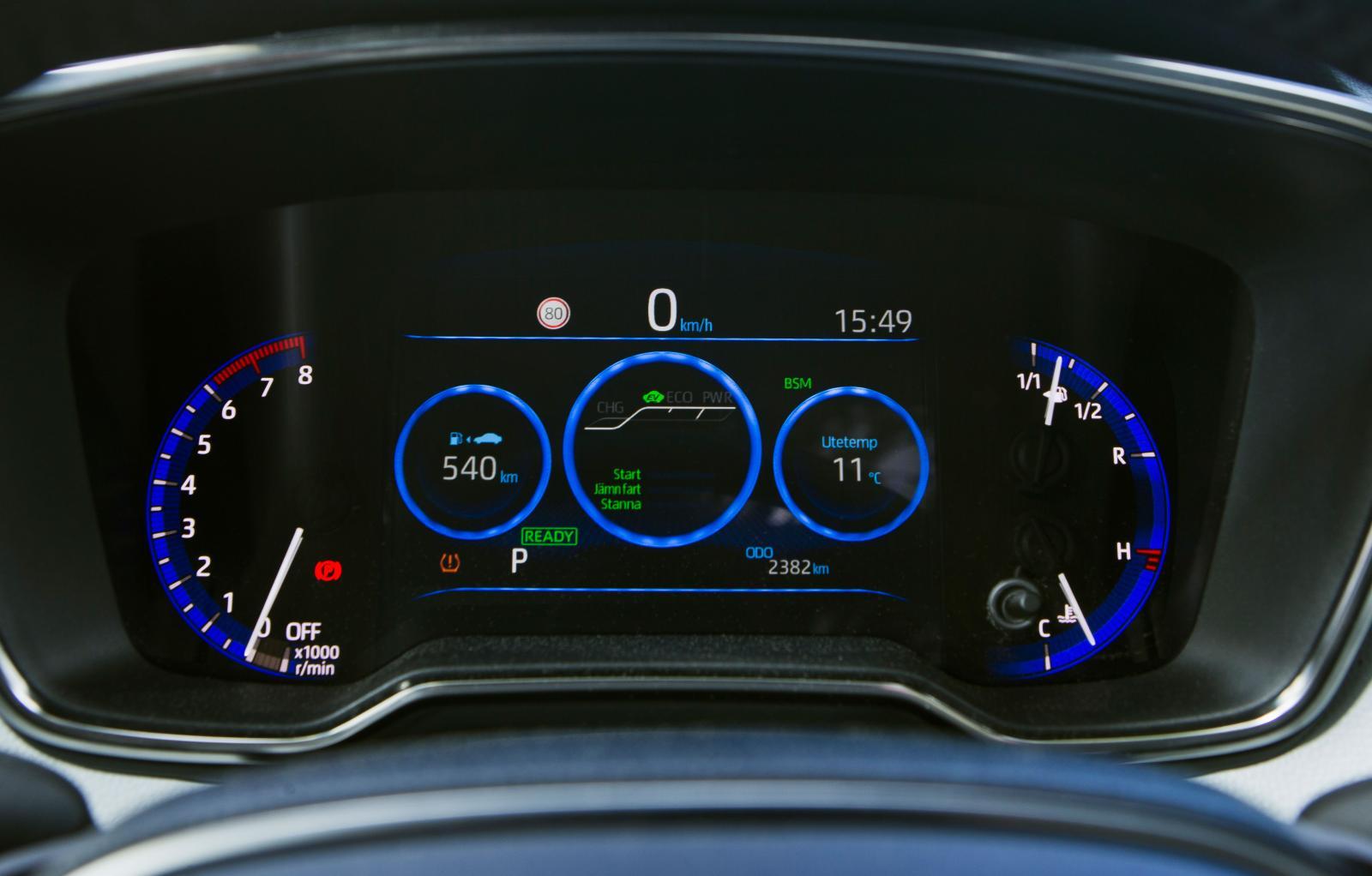 Tre rundlar där den stora kan skifta information via knapptryck på ratten. Varvräknare är ovanligt i en hybridbil.
