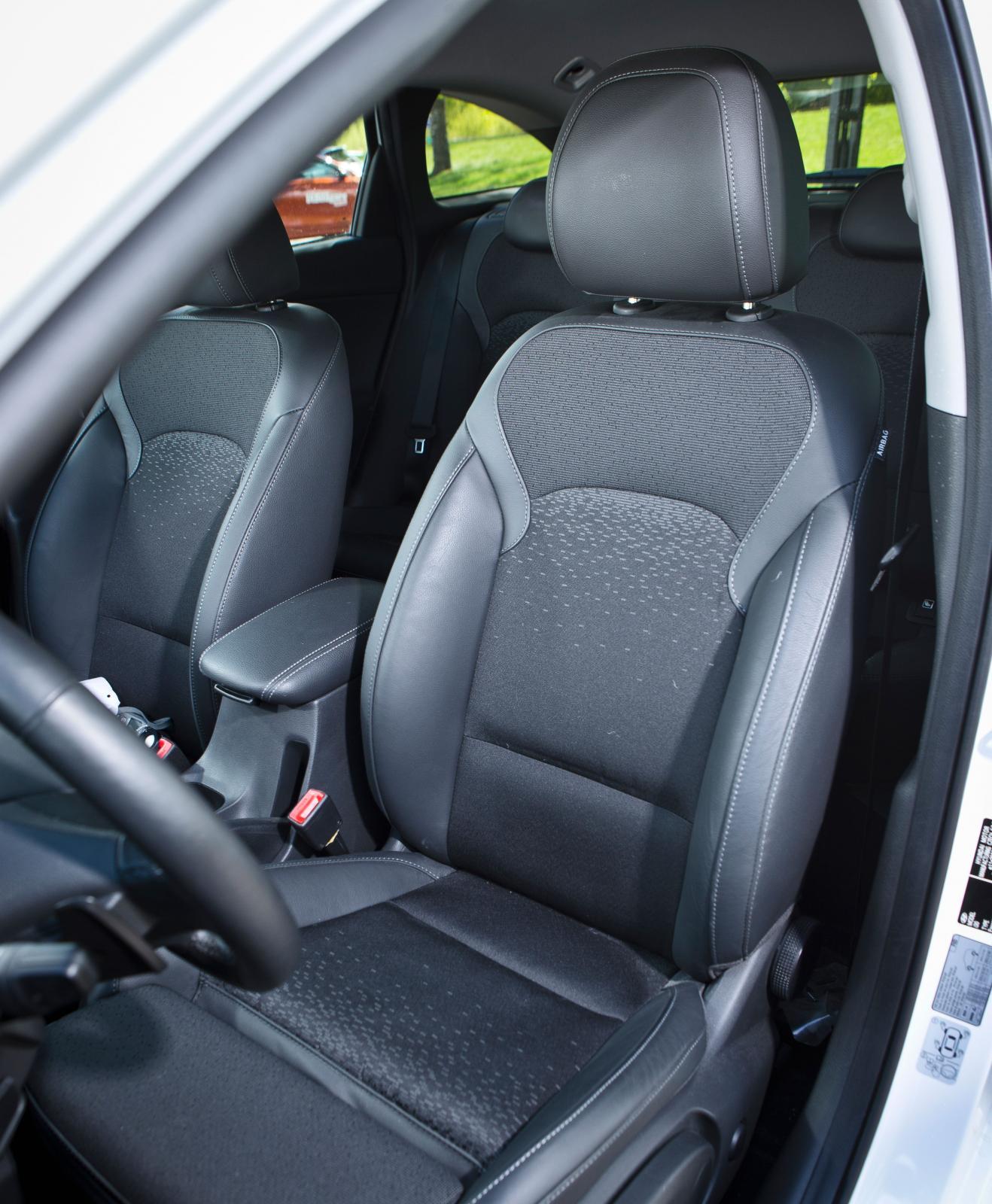 Stolens former är snarlika dem i Kia men alla förare föredrog Hyundais sittkomfort. Skönt sträv men murrig tygklädsel.