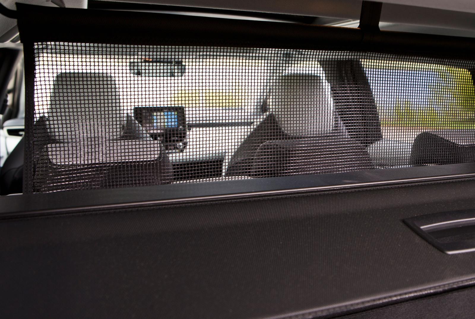 Låg vikt och smidig skötsel präglar testbilarnas detaljer. Toyotas insynsskydd och lastförskjutningsnät är superlätta att hantera även för ovana.