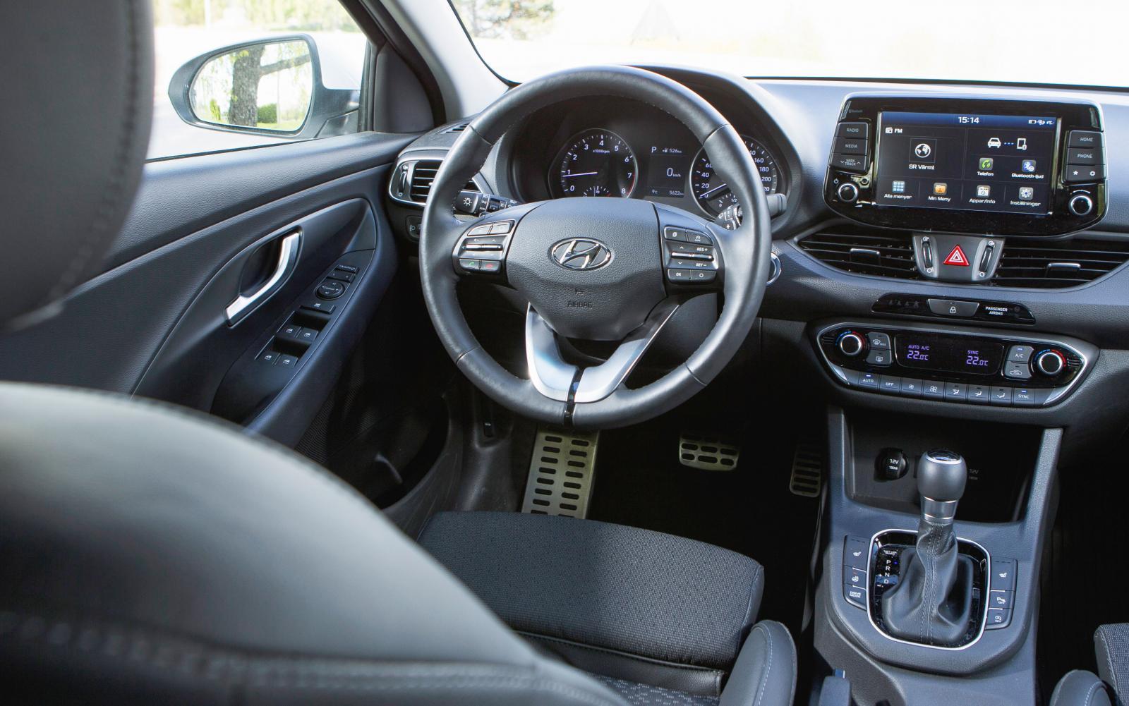 Hyundai: En förarmiljö som måhända ser mörk ut men som är tydlig, mycket enkel att hantera och befriad från trams. Trivsam, lite rustik finish överlag.