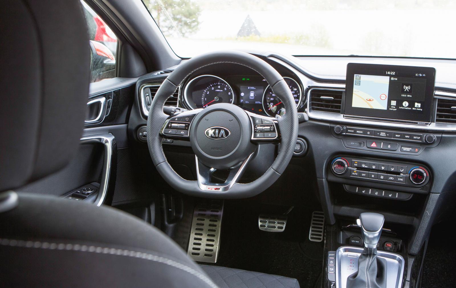 Kia:  Disposition och detaljer i Kia är nästan de samma som i Hyundai men formgivare och pyntare har fått gå loss betydligt mer. Bättre? En smaksak.