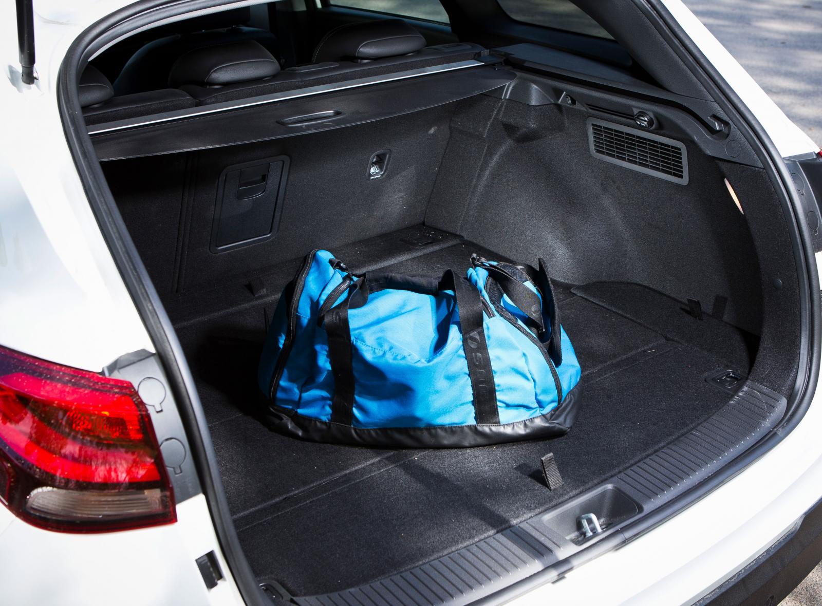 Lastgapen i Hyundai och Kia är nästan identiska, men testets i30 var i en utrustningsversion som saknar eldrivning av bakluckan. Vi fick heller inte in lika många drickabackar i Hyundai som i Kia. Massor av praktiska fack under golvet.