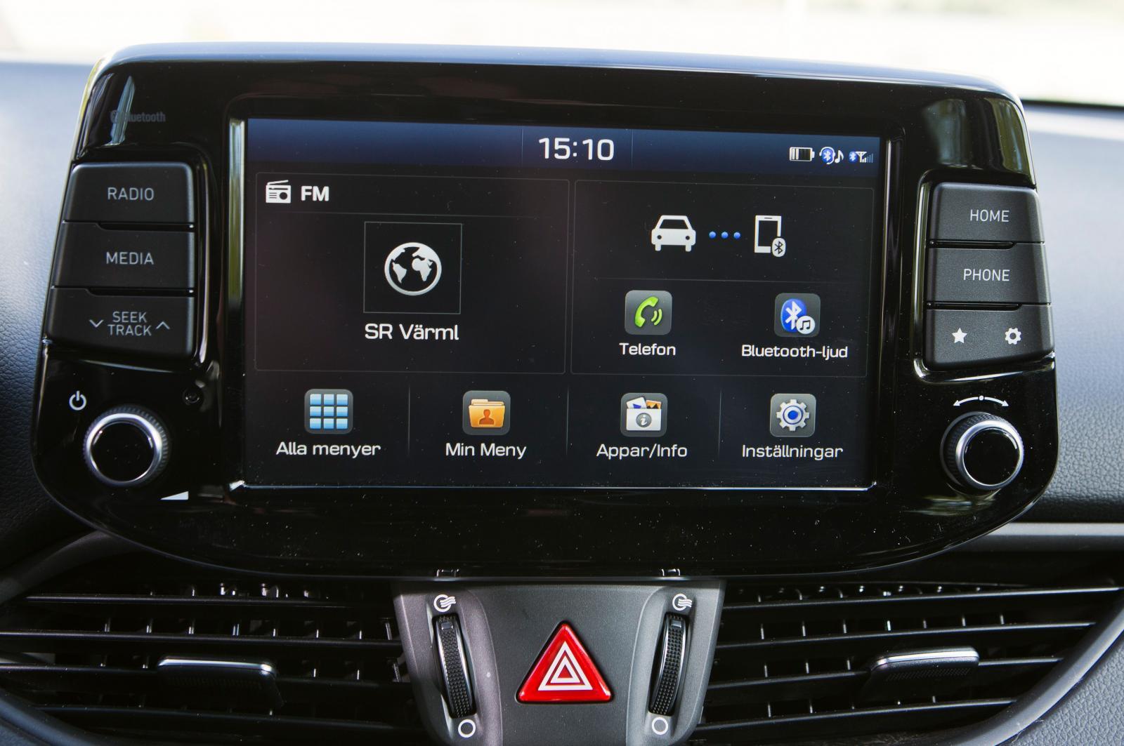 Hyundai:  Fristående skärm, omgiven av rejäla tryckknappar och vred som tillsammans med pekfunktionerna gör det lätt att ställa in efter önskemål.