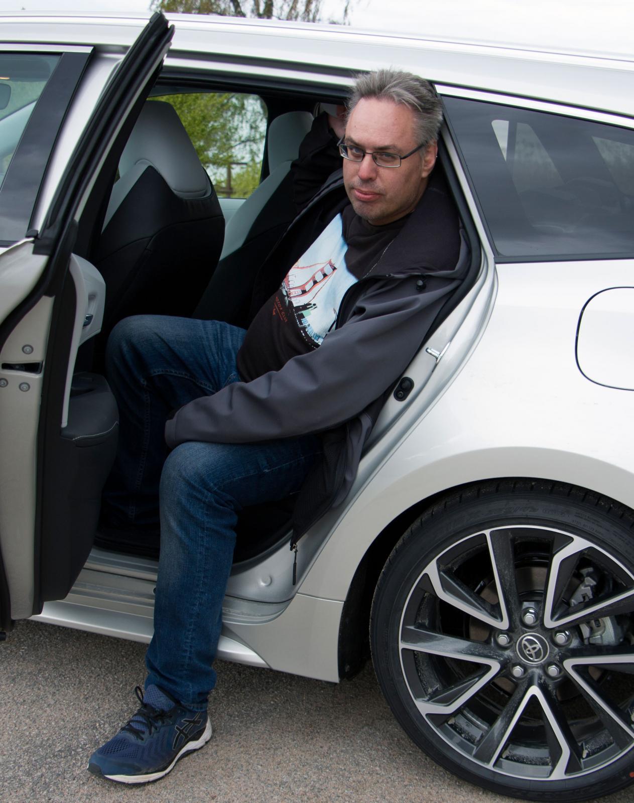 Inte ens normallånga personer tar sig lätt i och ur Corollas baksäte. Med panoramataket inskränks också takhöjden markant.