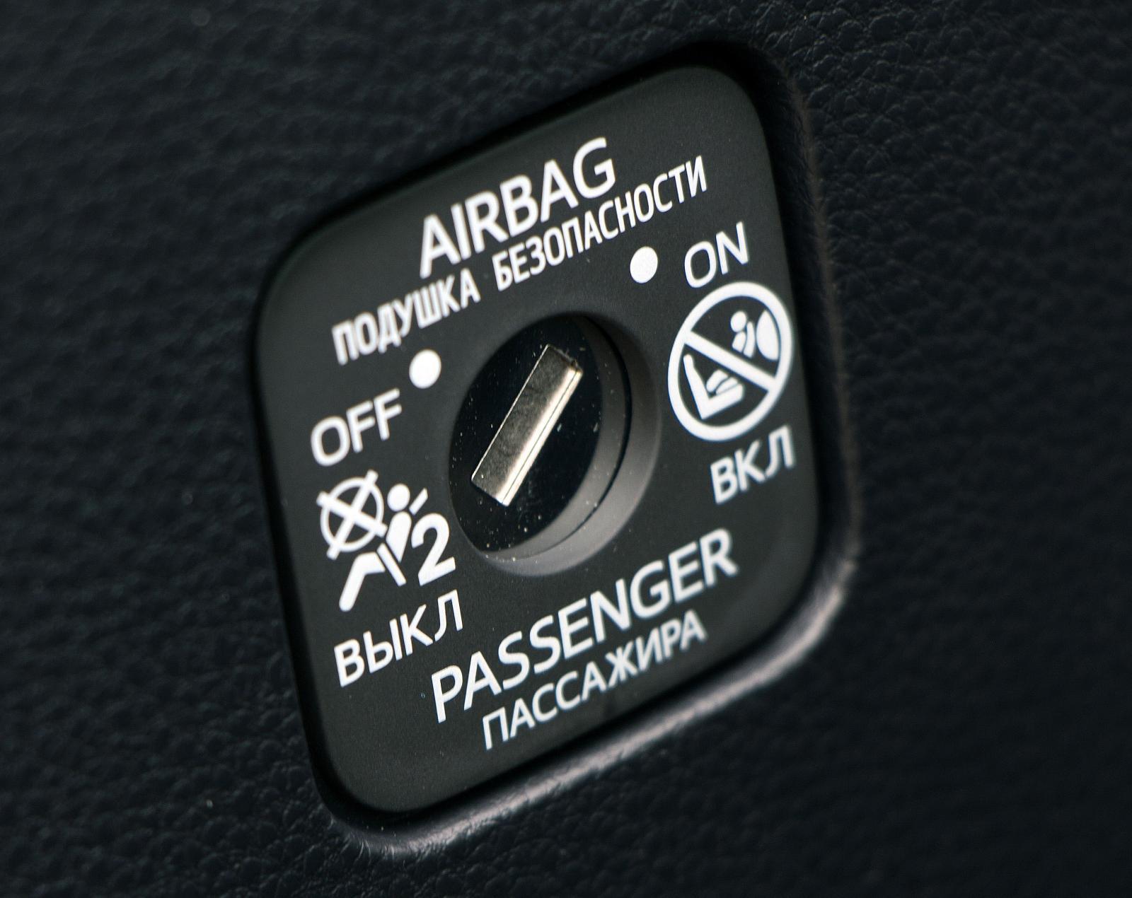 I Toyota finns en enkel strömbrytare för passagerarkrockkudden.