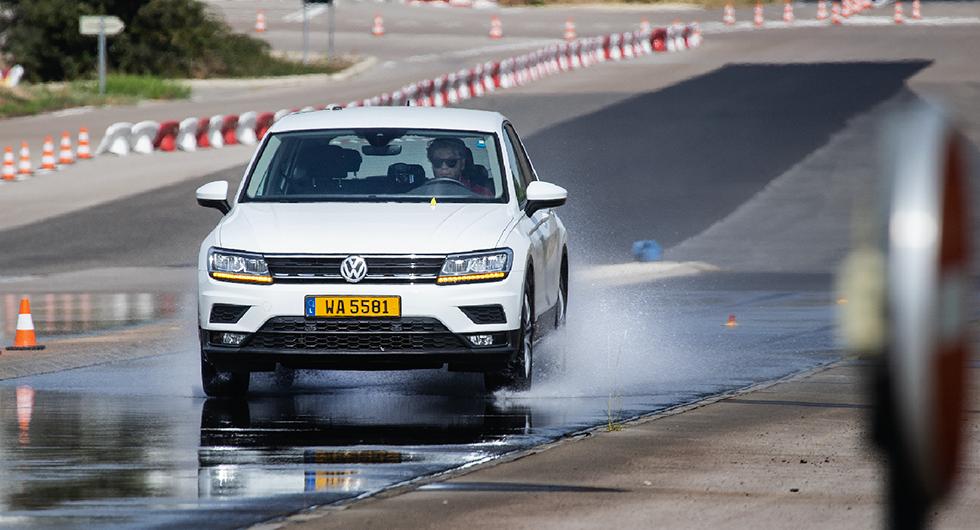 Anders Helgesson utför en av testveckans 120 tvärnitar. Vid bromsproven användes en VW Tiguan.