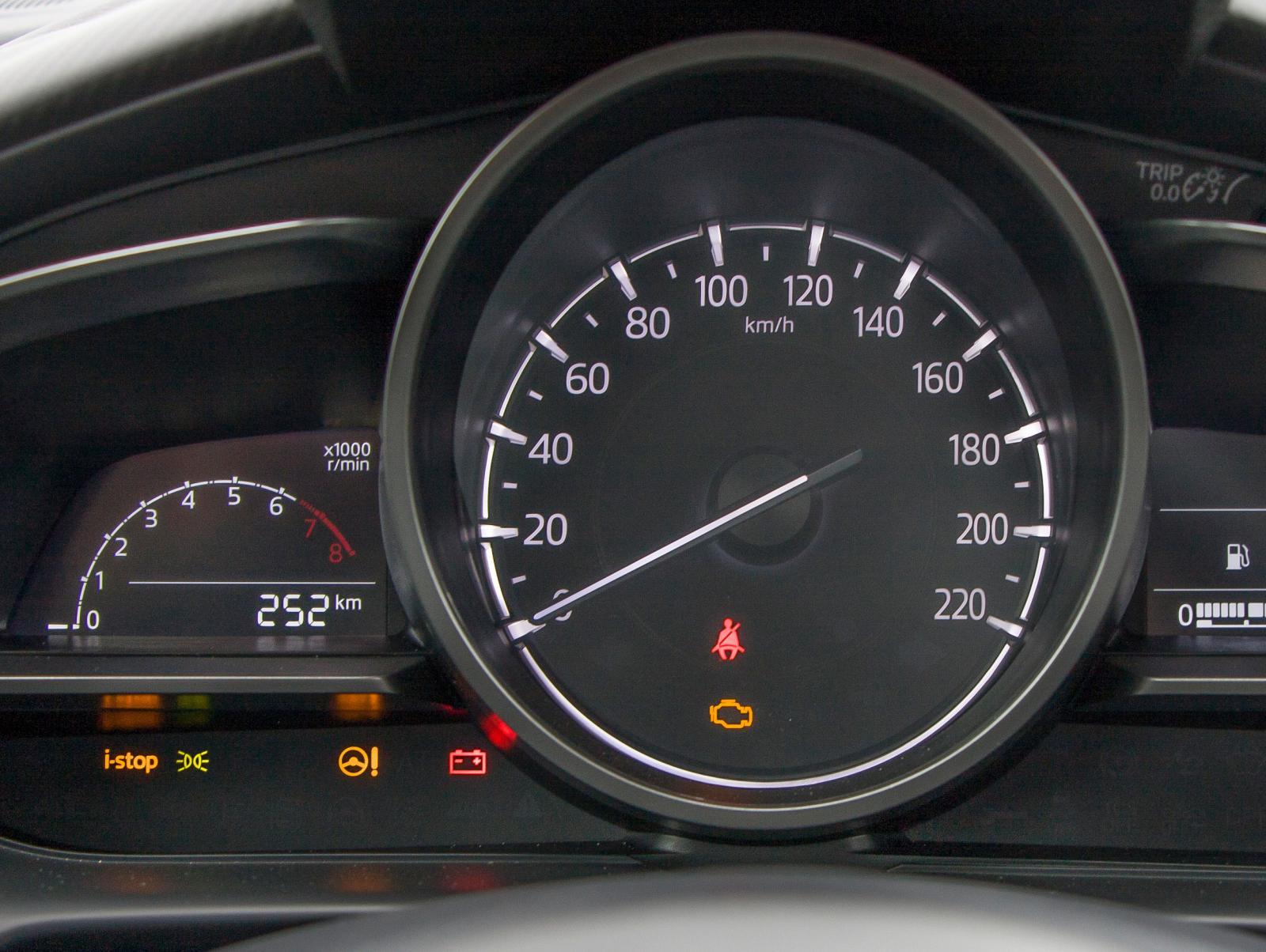 Gigantisk hastighetsmätare, minimal varvräknare. Färddatorns visningar sker i fönstret motstående varvräknarens.