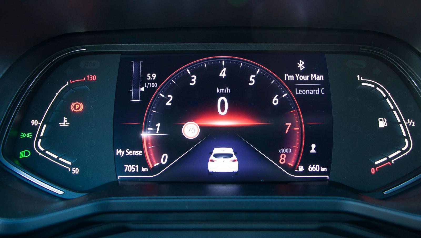 Gigantisk varvräknare, minimal hastighetsmätare – fast i Clio kan utseendet varieras. Även de omgivande visartavlorna är digitalskärmar.