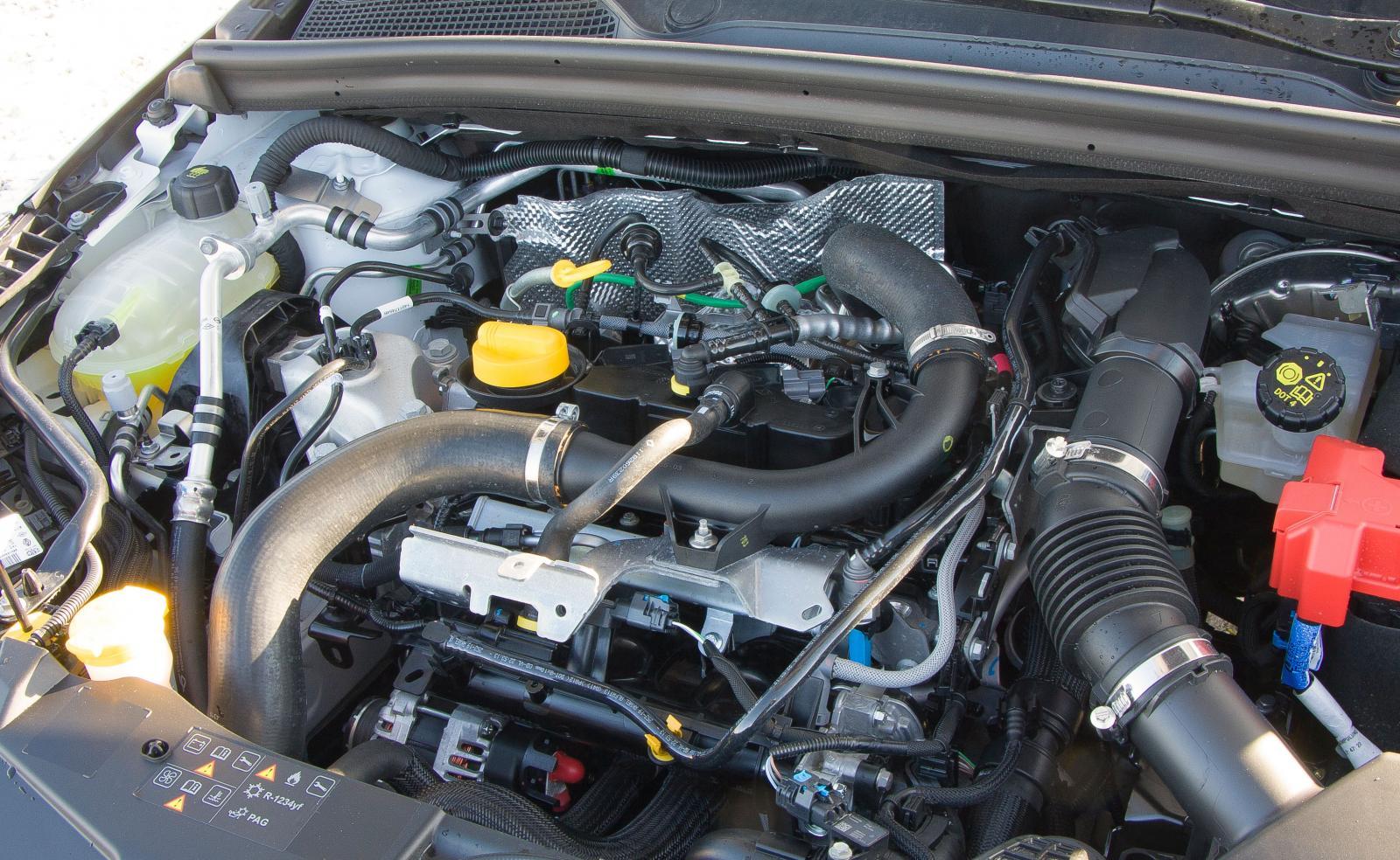 Locklös installation så att snårigheten syns. Motorn är pigg och turbon sjasar på riktigt bra – men törsten är större än Mazdas.