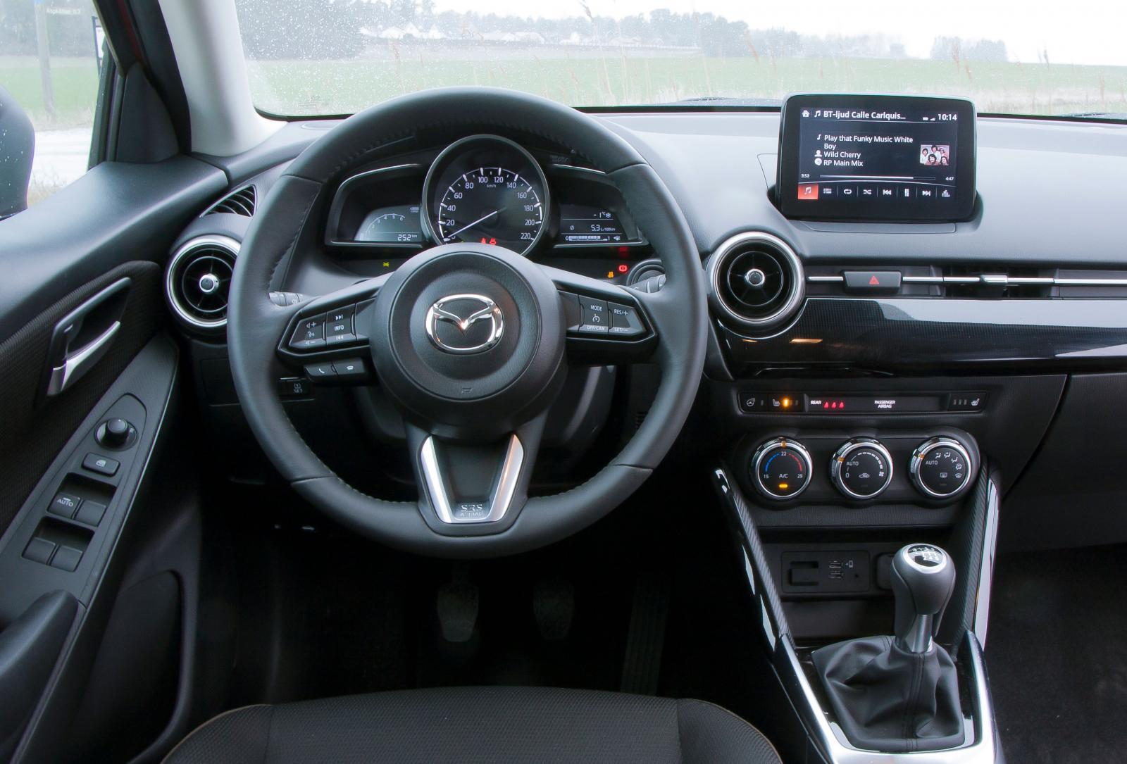 Dragen känns igen från andra Mazda, känslan är tajt och finishen trivsam – men ratten är hal. Till vänster om den finns en rad med knappreglage.