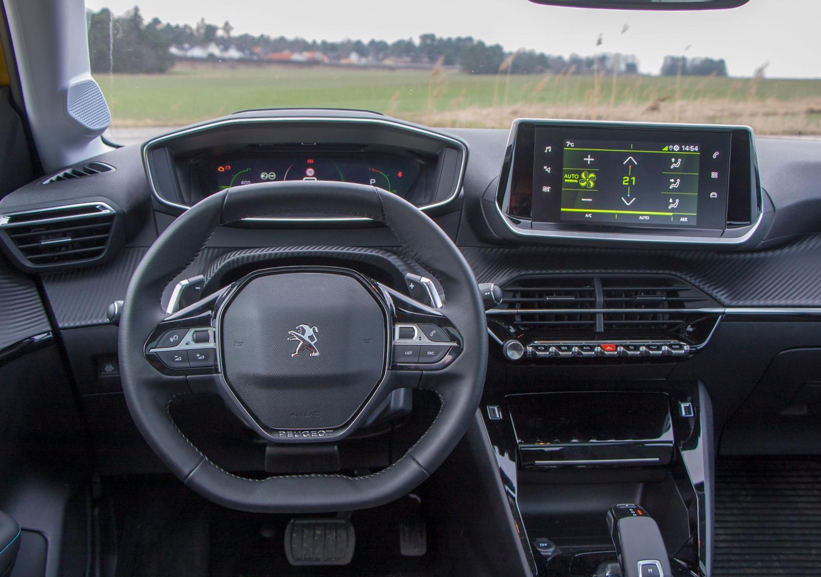 Mazda: Spektakulära former med Peugeots typiska, högt placerade instrumenthus och en liten, flerkantig ratt. Härlig rymdkänsla trots litet format.