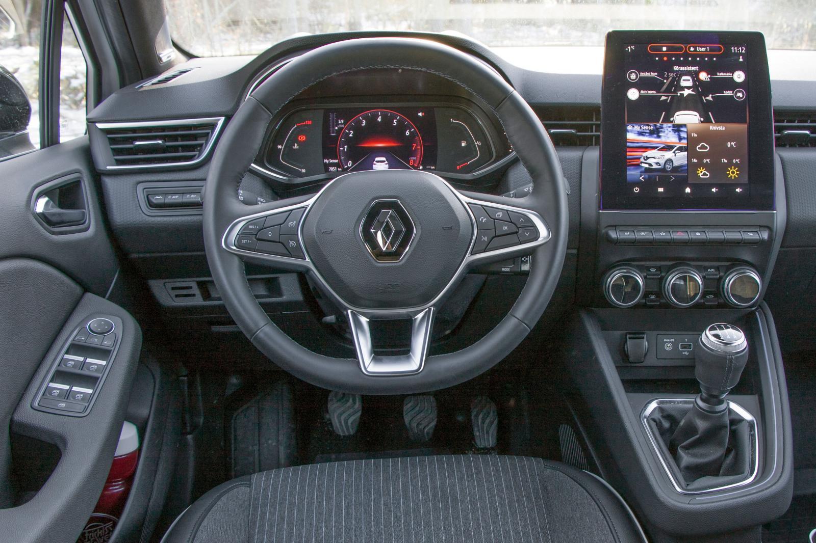 Renault: Snudd på storbilskänsla, rediga funktioner och ett klart lyft i både finish och stil jämfört med tidigare Clio. Högt placerad växelspak, bra rattreglage.