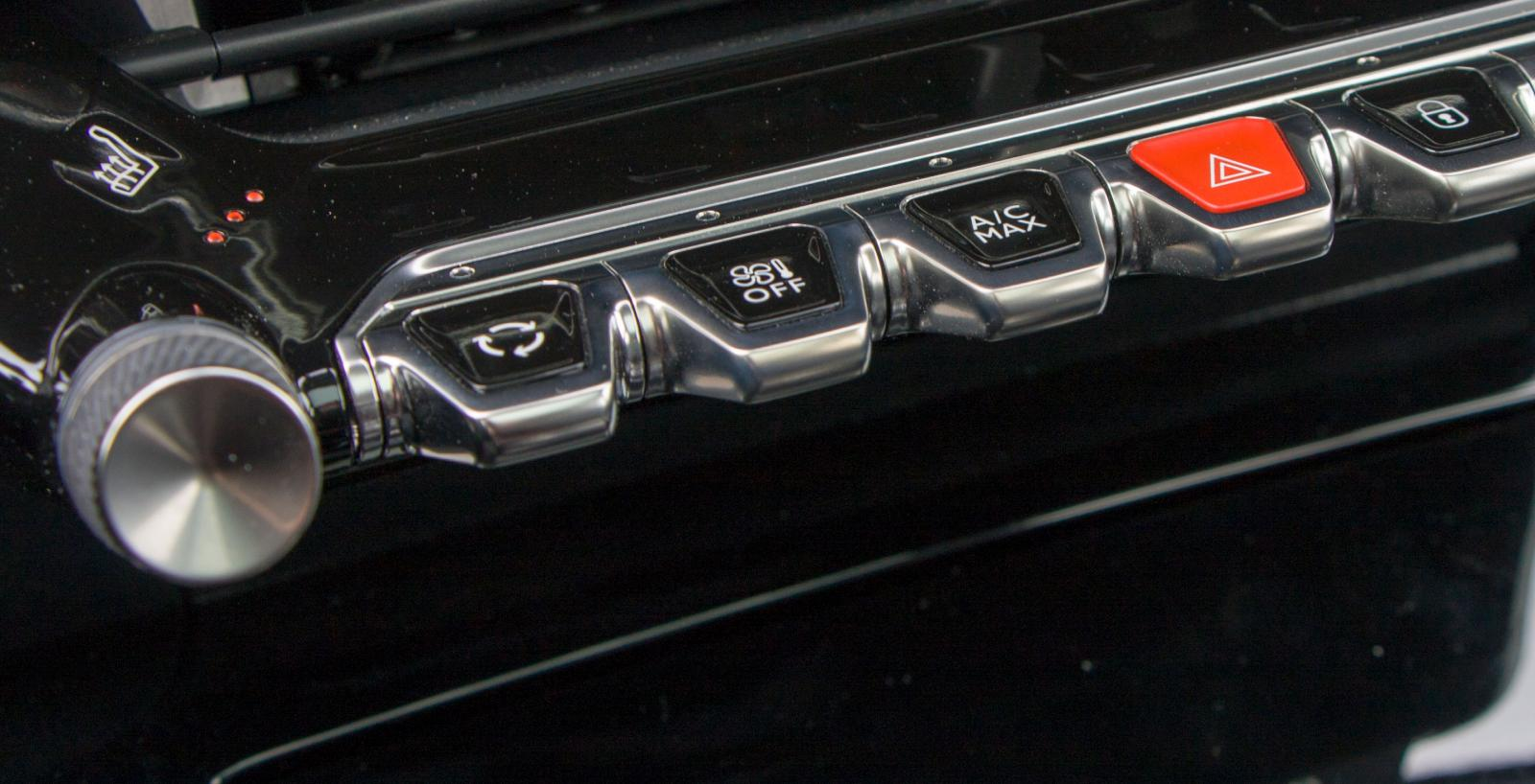 Vipptangenter i modern tappning är en trevlig designdetalj i Peugeot. Stolsvärmeknapparna strax ovanför är inte lika användarvänliga.
