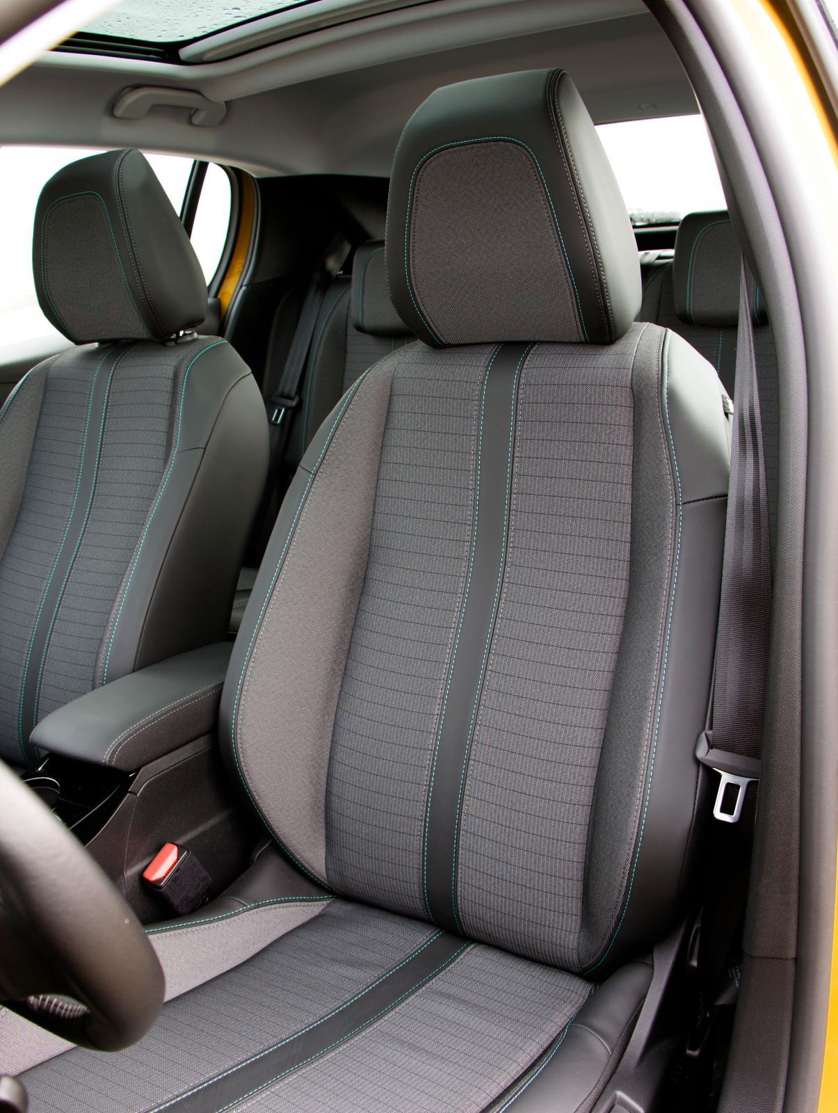 Mycket behagliga stolar, någon känsla av att ha ha hamnat i en småbil finns inte där framme i Peugeot.