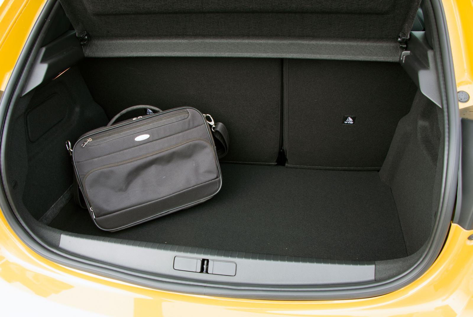 Utrymme ungefär som i Renault, men med lägre lasttröskel. Under det ganska tunna bagagegolvet finns ett riktigt reservhjul – ovanligt!