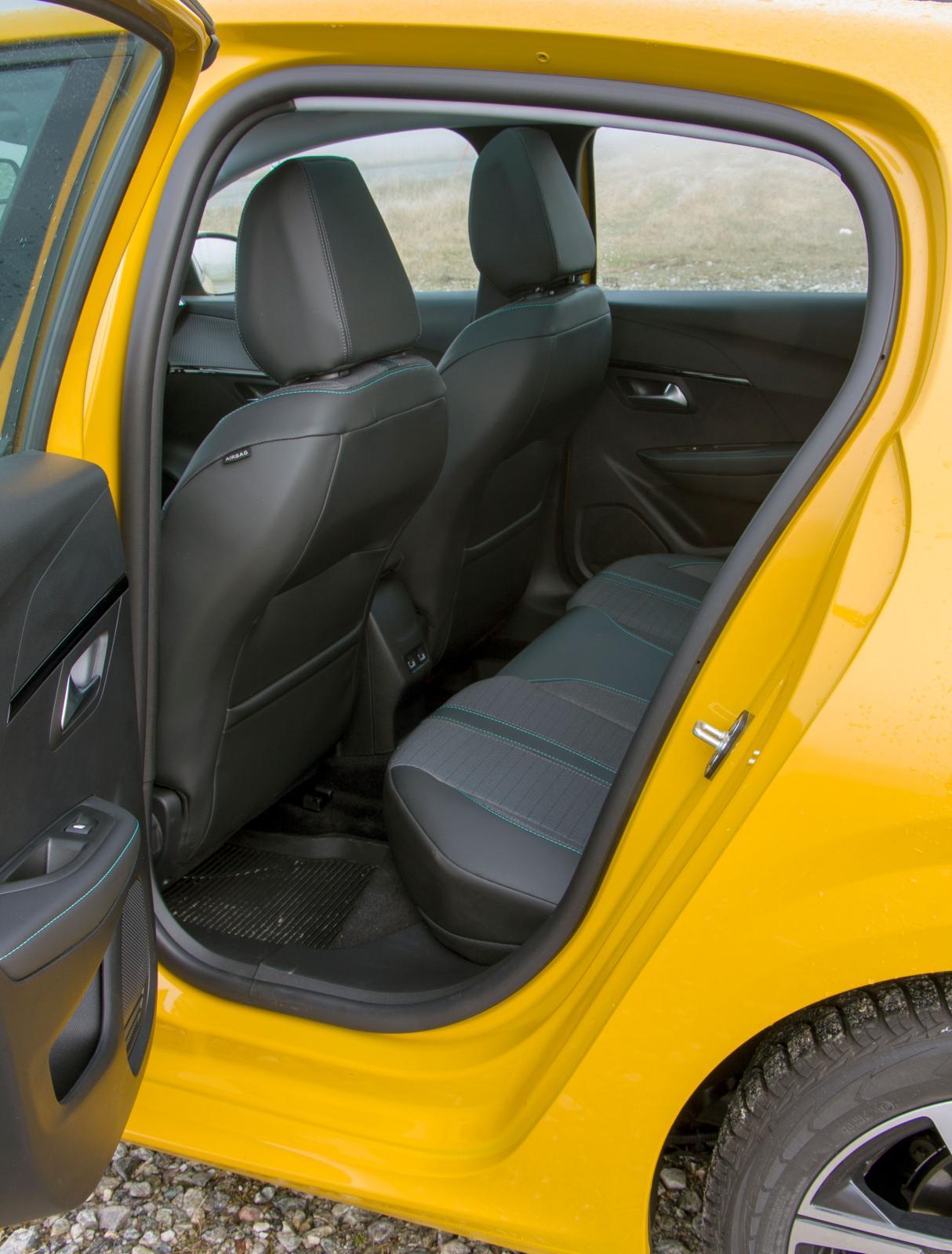 Dörrhålet till Peugeots baksäte är väldigt smalt, 55 centimeter vid mätpunkten mot Mazdas 65 (!) och Renaults 58. Svårt att krångla barn och barnstol på plats!