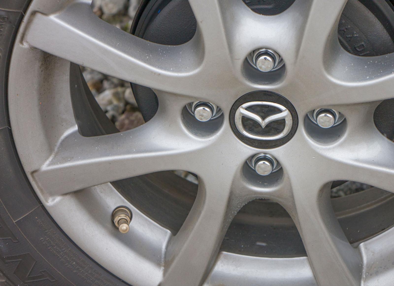 Mazda har trumbromsar bak. Mer behövs krasst sett inte på en så liten bil.