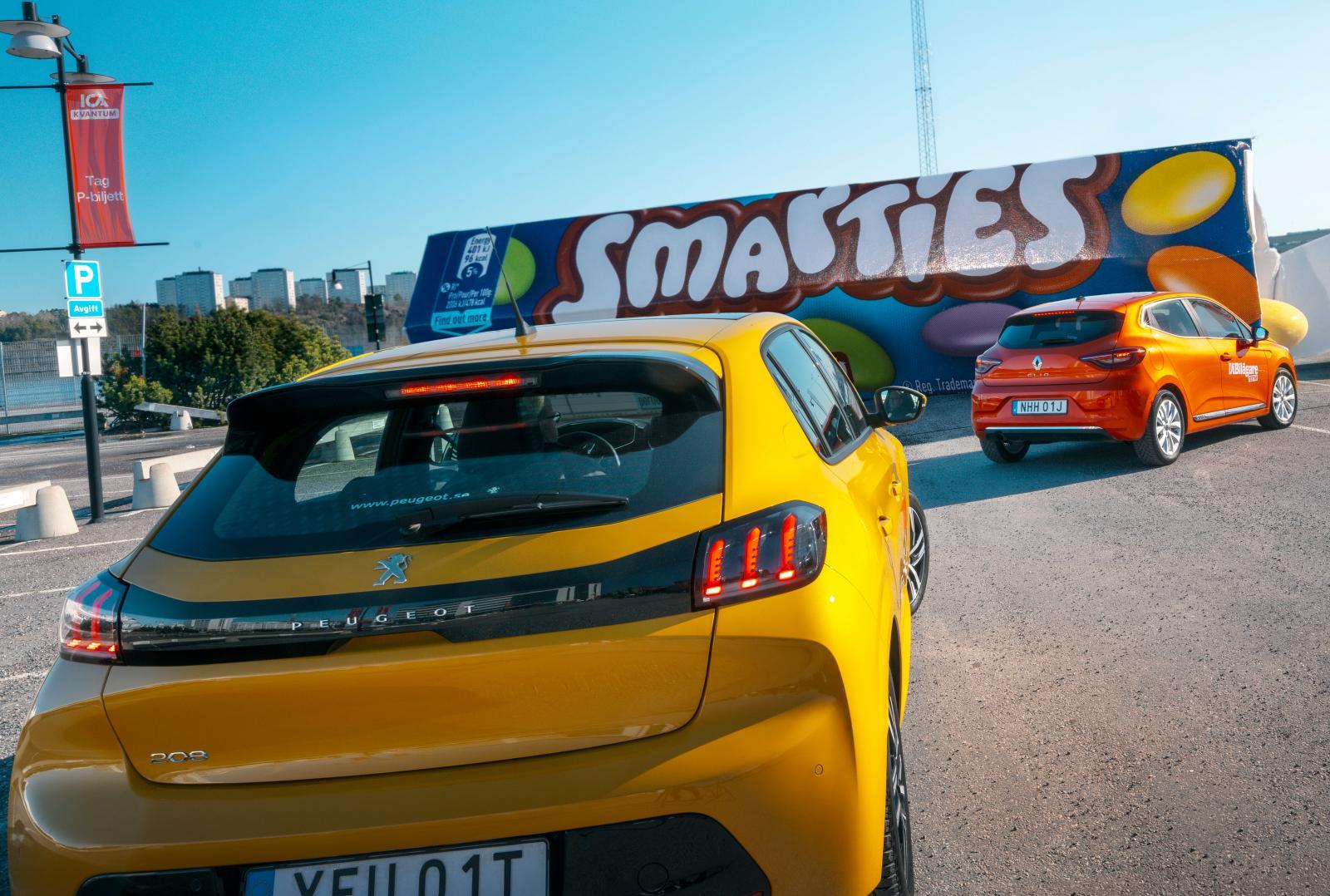 Kulörta bilars comeback! Peugeots färg heter Faro, Renaults Valencia och Mazdas Soul Red.