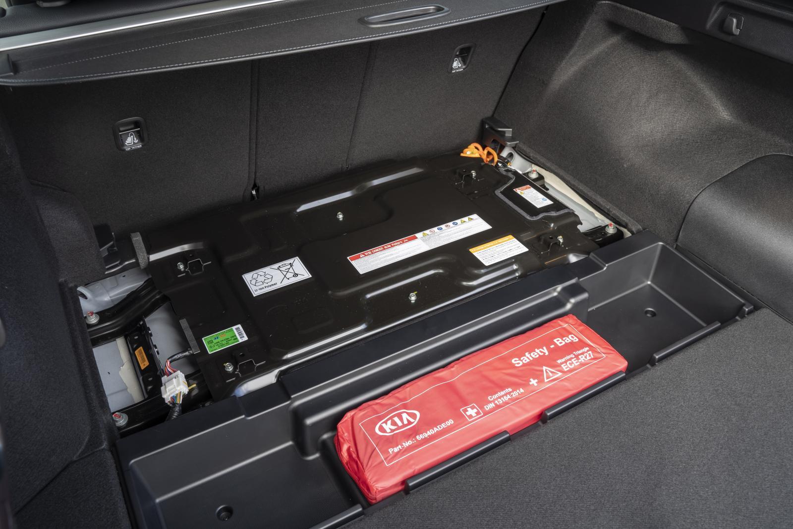 Batteripaketen finns under baksäte och bagagerumsgolv. Laddsladd och insynsskydd har egna platser.