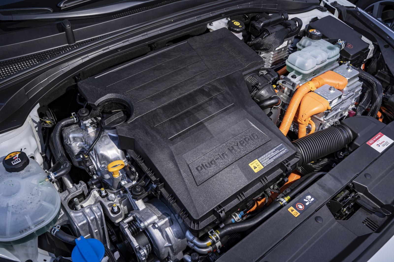Smidigt hybridsystem, måttliga fartresurser och ganska högt motorljud från bensinmotorn.