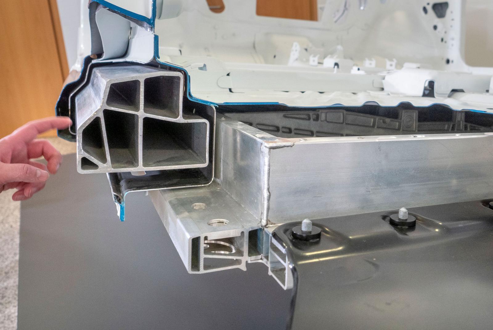 MEB-plattformen har fått tröskelbalkar i aluminium för att kunna skydda batteriet vid en sidokrock och kompensera för batteriets höga vikt. Lösningen, som Volkswagen kallar för hybridtrösklar, består av strängpressad aluminium omgärdat av höghållfast stål med en yta av aluminiumsilikon. Karossen är därefter doppad i elektrolytbad med efterföljande vaxbehandling. Foto: Stefan Nilsson