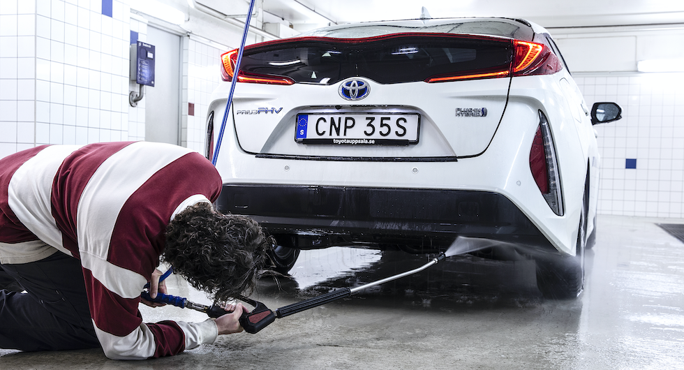 """""""Ska bilen vara fin, får du lida pin"""", är en klassisk bilvårdsregel. En grundlig avspoling av underredet är ett måste efter vinterns härjningar."""